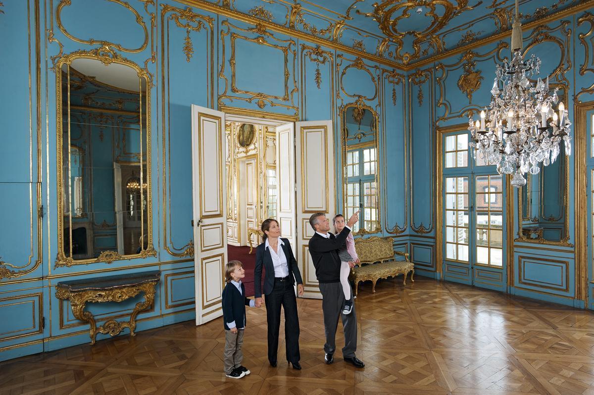 Familie im Schlosssaal, Schloss Solitude, Foto: Staatliche Schlösser und Gärten Baden-Württemberg, Niels Schubert