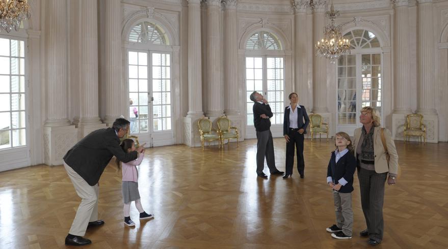 Besucher erkunden den Weißen Saal im Hauptgeschoss von Schloss Solitude; Foto: Staatliche Schlösser und Burgen Baden-Württemberg, Niels Schubert