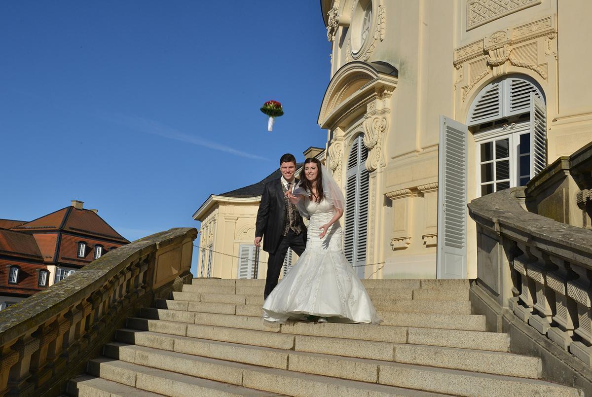 Hochzeitspaar vor Schloss Solitude; Foto: Staatliche Schlösser und Gärten Baden-Württemberg, Sabine Füssinger