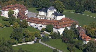 Luftansicht von Schloss Solitude mit Offizien- und Kavaliersbauten, Foto: Staatliche Schlösser und Gärten Baden-Württemberg, Achim Mende