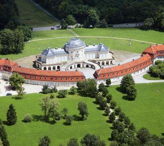Luftansicht von Schloss Solitude mit Offizien- und Kavaliersbauten