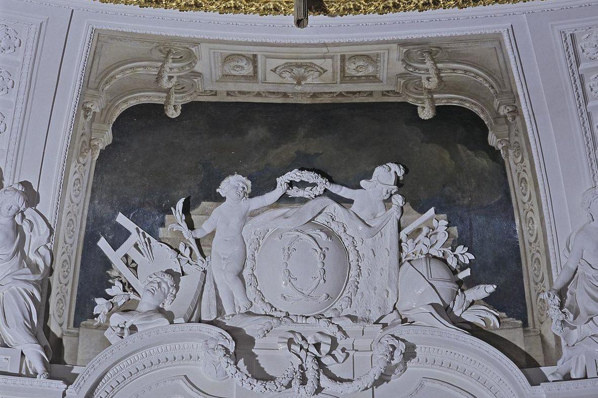 Monogramm Herzog Carl Eugens über der südlichen Eingangstür zum Weißen Saal, Foto: Staatliche Schlösser und Gärten Baden-Württemberg, Andrea Rachele