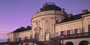 Ansicht der Paradetreppe und der Kuppel von Schloss Solitude