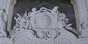Monogramm Herzog Carl Eugens über der südlichen Eingangstür zum Weißen Saal
