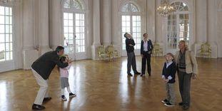 Besucher erkunden den Weißen Saal im Hauptgeschoss von Schloss Solitude