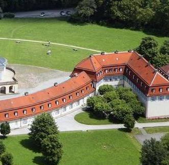 Luftansicht des östlichen Flügelbaus von Schloss Solitude mit der Wohnung Herzog Carl Eugens