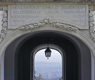Inscription on the south side of the palace passageway at Solitude Palace. Image: Staatliche Schlösser und Gärten Baden-Württemberg, Andrea Rachele